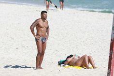 Grávida, Ellen Cardoso exibe barrigão de biquíni na praia e ganha carinho de Naldo