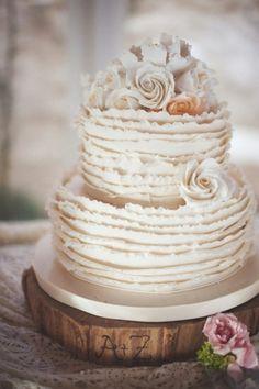 Witte bruidstaart met ruches