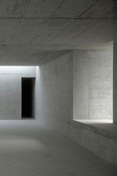 Concrete walls + soft indirect lighting trough windows and skylights. Room for art in Zumikon.