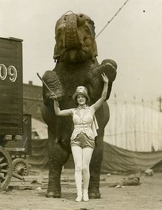 mulher com elefante