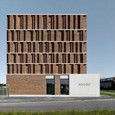 Completed in 2017 in Delft, The Netherlands. Images by Stefan Müller. Office Winhov and Gottlieb Paludan Architects designed the new City Archive of Delft. The façade shows a distinct type of brickwork, as it expresses. Delft, Brick Architecture, Architecture Office, Chinese Architecture, Futuristic Architecture, Industrial House, Industrial Bathroom, Industrial Style, Industrial Wallpaper
