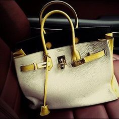 Neutral handbag with a splash of yellow. Love.