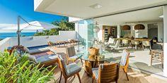 Casa com 710 m² tem varanda com piscina para a contemplação do mar