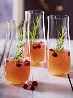 Unser beliebtes Rezept für Alkoholfreier Pfirsich- und Cranberry-Cocktail mit Rosmarin und mehr als 55.000 weitere kostenlose Rezepte auf LECKER.de.