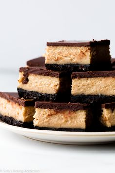 cheesecake recipes Seriously indulgent and creamy, these chocolate peanut butter cheesecake bars are like eating a peanut butter cup in cheesecake form. Quicker to bake and chill th Chocolate Peanut Butter Cheesecake, Peanut Butter Desserts, Peanut Butter Bars, Chocolate Topping, Köstliche Desserts, Creamy Peanut Butter, Chocolate Peanuts, Chocolate Ganache, Chocolate Caramels