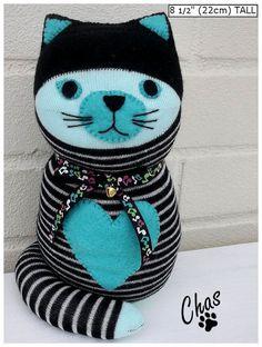 Chas wurde handgefertigt aus schwarz und Aqua gestreifte Socken und mit Poly-Füllung Füllung gefüllt. Sie hat ein Filz Herz auf ihrer Vorderseite
