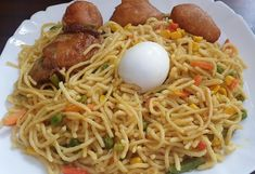 Noodles Served with Boiled Egg and Fried Chicken.Noodles Served with Boiled Egg and Fried Chicken Chicken Noodles, Fried Chicken, Great Recipes, Favorite Recipes, Jollof Rice, Nigerian Food, Basic Kitchen, Learn To Cook, Boiled Eggs