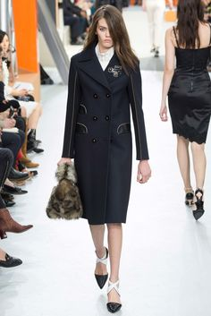 Louis Vuitton Fall 2015 Ready-to-Wear Fashion Show - Lineisy Montero