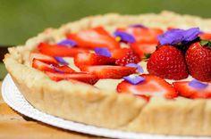 Crostata fragole e viole con frolla senza burro Viole, Desserts, Food, Tailgate Desserts, Deserts, Essen, Postres, Meals, Dessert