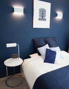 Une chambre bleue contemporaine et chaleureuse
