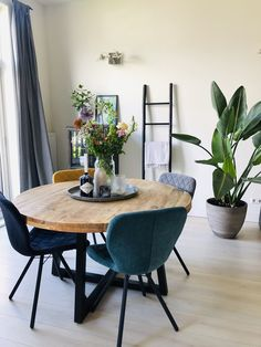 Room Decorating – Home Decorating Ideas Kitchen and room Designs Small Living, Home And Living, Round Wood Dining Table, Dining Room Storage, Home Decor Kitchen, Minimalist Home, Apartment Living, Room Inspiration, Living Room Decor