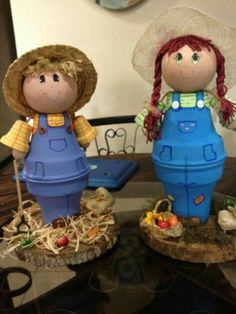 Scarecrow and girl flower pot craftsLearn how to make clay pot people quickly and easily.Lots of adorable clay pot ideas! (Site instructions not in English)Clay pot terra cotta pig by Family Time Crafts (FB)don't think I'll do the base pot though. Clay Pot Projects, Clay Pot Crafts, Diy Clay, Diy Projects, Flower Pot Art, Clay Flower Pots, Flower Pot Crafts, Flower Pot People, Clay Pot People