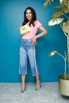 Blusa rosa neón, jean capri acampanado y aretes geométricos naranjas That´s It, estilos azul con rosa animal print Guess y bolsa amarillo limón Cloe.