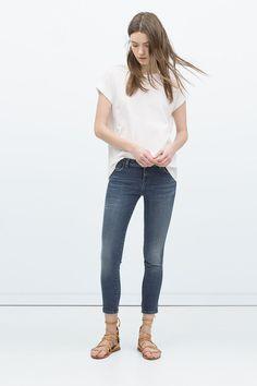 Le jean droit unisexe Zara, 39.95 euros.Disponible sur le site