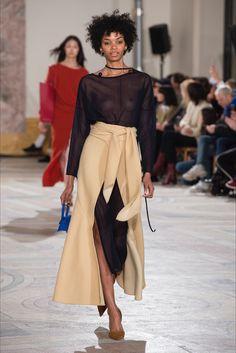 Guarda la sfilata di moda Jacquemus a Parigi e scopri la collezione di abiti e accessori per la stagione Collezioni Autunno Inverno 2018-19.