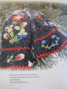 Winter Flowers Knitted Hats, Crochet Hats, Wool Embroidery, Winter Flowers, Mittens, Scandinavian, Knitting, Embroidery, Tricot