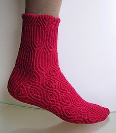 The almond shaped rib pattern of these socks shows up nice and clearly due to the enhanced stitch definition of the twisted stitches. With the elasticity of the ribbing, the socks will have an excellent and comfortable fit. There are three sizes and three options for the leg length.