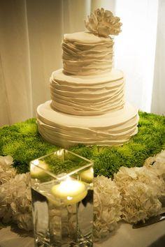Mesa de bolo de casamento simple e muito charmosa!  - Modernly Wed | Original wedding cake table decoration