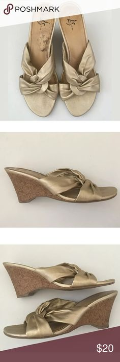 """Life Stride metallic heels Width: Medium (B, M) Material: Man Made Materials Brands: Life Stride These do show some minor marks and signs of wear, but still look great! 3.25"""" heel.    SD13841 Life Stride Shoes Heels"""