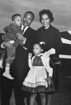 O discurso de Martin Luther King completa 50 anos - http://epoca.globo.com/vida/noticia/2013/08/o-discurso-de-bmartin-luther-kingb-completa-50-anos.html após liderar protestos em favor de Rosa Parks, negra presa por não ceder o assento no ônibus a um branco (Foto: Donald Uhrbrock/Time Life Pictures/Getty Images)