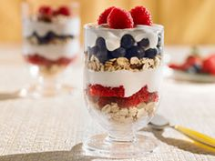 Rise and Dine - The Pampered Chef®. Elegant way to serve parfait at brunch. Simply layer low fat plain yogurt, granola or muesli of choice, and fresh fruit! Trifle Bowl Recipes, Parfait Recipes, Pampered Chef Recipes, Cooking Recipes, Cooking Ideas, Breakfast For A Crowd, Breakfast Parfait, Group Breakfast, Brunch Ideas For A Crowd