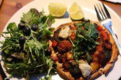 Leas Abendessen ist gefährlich Italienisch: Gemüsepizza mit Salat, natürlich durften die obligatorischen Blaubeeren nicht fehlen!