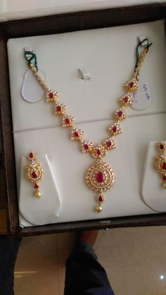 Bridal Jewelry, Jewelry Gifts, Beaded Jewelry, India Jewelry, Gold Jewellery, Jewlery, Jewelry Necklaces, Gold Earrings Designs, Necklace Designs