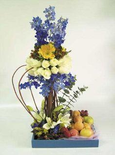Elegante arreglo floral con esfera de rosas coronado con delicadas flores azules… Silk Floral Arrangements, Fruit Arrangements, Floral Bouquets, Floral Wreath, Deco Floral, Arte Floral, Floral Design, Ikebana, Home Flowers