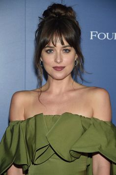 Calling It Will Be the Year of Bangs and These Versatile Hair Colors dakota johnson bangs<br> Legendary hairstylist Mark Townsend shares his predictions. Hair Day, New Hair, Medium Hair Styles, Curly Hair Styles, Long Hair With Bangs, Fringes For Long Hair, Bangs Long Hair, Bangs Sideswept, Messy Bangs