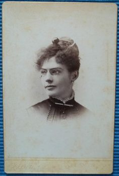 CABINET CARD PHOTGRAPH FROM PHOTOGRAPHER C.W. MOTES WHO WON A GOLD MEDAL AT THE 1881 INT'L COTTON EXPO. PICTURE OF A VERY  ATTRACTIVE LADY WITH GLASSES. From the J. Fred Rodriguez Atlanta Collection.