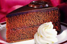 La torta sacher (o sachertorte) è una famosissima torta austriaca a base di pan di spagna al cioccolato farcito con una ricca marmellata di albicocche e ricoperto da una spessa e golosa ganache al cioccolato