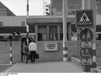 Bundesarchiv_B_145_Bild-F079005-0023,_Berlin,_Grenzübergang_Checkpoint_Charlie