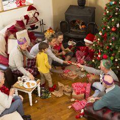 Games for an animated Christmas Christmas Decorations, Christmas Tree, Holiday Decor, Animation Soiree, Holiday Games, Christmas Games, Rey, Mason Jars, Presents