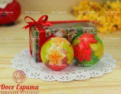 Caixa de acetato decorada com motivos natalinos contendo 2 lindos sabonetes de Esfera nas cores vermelho e verde.    Uma ótima lembrança de Natal para pessoas especiais.    Produzido com aroma refrescante de Capim Cidreira Sabonete Natal