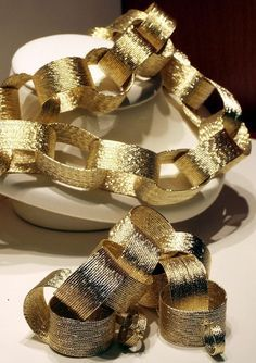 """Similar to the metallic garland/bunting but a little more representative of """"bubbly"""" décor, a gold paper chain could easily transform an entire room or a small corner into New Year's Eve Party Central. This idea is fantastically versatile – it's a classic, kid-friendly DIY but could also have the luxe look of a sophisticated celebration.{found on rediff}. #newyear's #2014party #newyearstables"""