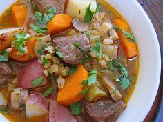 viande / oignon / ail / carottes / céleri / champignons / concentré de tomates / vin rouge / bouillon / laurier / thym / patates