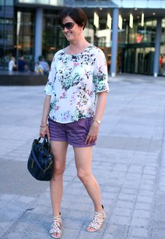Tall Girl's fashion // Pretty in shorts and a printed blouse