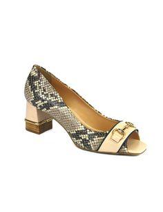 Scarpin peep toe de couro com estampa de cobra e detalhe em couro no salto. Coleção verão 2015 Cristófoli