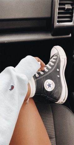 The Best Summer Shoes You Need to Wear This Year - Fashion Outfits Sneaker Outfits, Sneakers Fashion Outfits, Fashion Shoes, Converse Sneaker, Black Converse Outfits, White Chucks, Converse Style, Tomboy Fashion, White Shorts