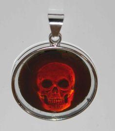 Hologrammanhänger, Totenkopf, 3d-Tiefenwirkung in Silber gefaßt von Konrad Karbe