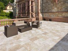 Du travertin au sol et des morceaux de pierre au mur. Un total look pierre naturelle hyper moderne !