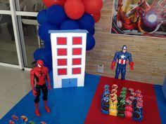 Brinquedos do aniversariante enfeitam mesa de doces. Veja mais aqui: http://mamaepratica.com.br/2015/10/02/festa-do-homem-aranha-e-vingadores  #festa #HomemAranha #OsVingadores
