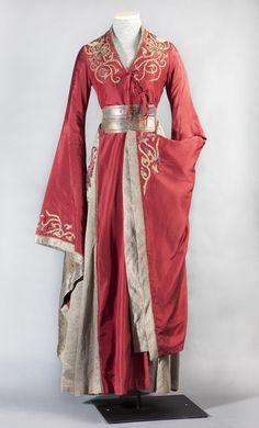 Die Lannisters stammen ursprünglich aus den Westerlands und man kann davon ausgehen dass Cersei die Mode in den Crownlands stark beeinflusst