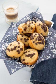Muffin alla banana e gocce di cioccolato | Chiarapassion Banana Recipes, Apple Recipes, A Food, Food And Drink, Greek Yogurt Muffins, Cupcakes, Chocolate Muffins, Cake Boss, Yummy Food