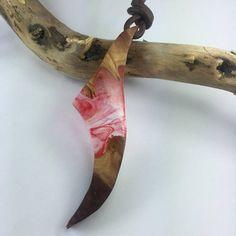 Dieser ausgefallener Anhänger wurde Handgefertigt aus einem sorgfältig ausgewählten Edelholz und mit Harz kombieniert um die Schönheit der Natur zu präsentieren. Mit tollen roten Swirls . Der Herstellungsprozess erfolgt von Anfang bis Ende von Hand , bitte beachten Sie da