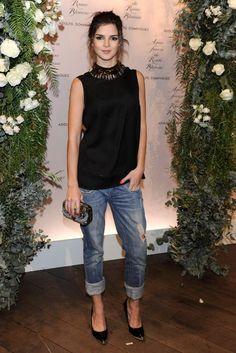 Clara Lago es experta en acudir a eventos con looks arreglados pero informales, como este con boyfriend jeans, top básico negro, maxi collar...