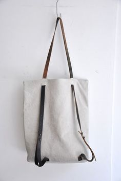 Good idea for a DIY bag.Nice variation on straps which enable the tote bag to become a backpack. N id: serien umerica,ffiXXed,ffiXXed LIMITEDnice lines- Brilliant Design, purse or backpack- Put a zip pocket on the other…Canvas and leather bag/backp Diy Fashion, Fashion Bags, Trendy Fashion, Fashion Design, My Bags, Purses And Bags, Diy Accessoires, Handmade Bags, Beautiful Bags