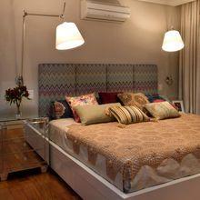 Quarto de casal com almofadas decorativas e luminárias