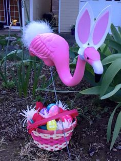 now this is having fun with your flamingo! Flamingo Craft, Flamingo Garden, Flamingo Decor, Flamingo Bird, Pink Bird, Flamingo Party, Yard Flamingos, Pink Flamingos, Plastic Flamingos