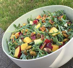 Fetasalat med cremet avocado, friske og knasende bønner, krydret rucola, søde nektariner og ristede pistacienødder.